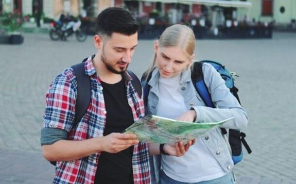Туристы с картой
